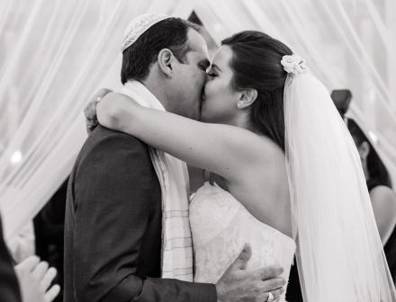 casamento-classico-beijo-dos-noivos-vanessa-e-gabriel-Foto-Sabrina-Vasconcelos-15