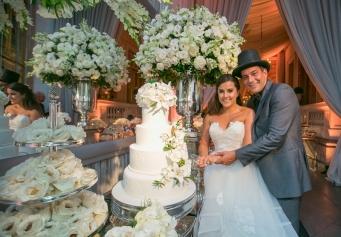 casamento-classico-os-noivos-cortando-o-bolo-vanessa-e-gabriel-Foto-Sabrina-Vasconcelos-57